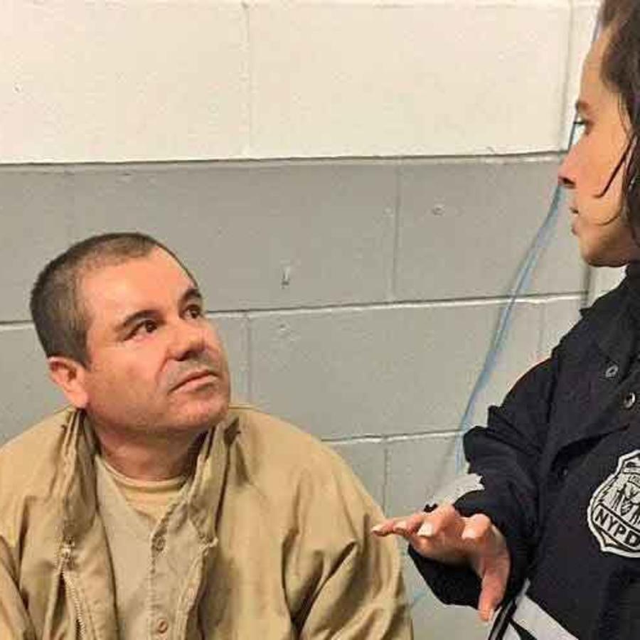 El Chapo con policía que habla español y que fue ascendida