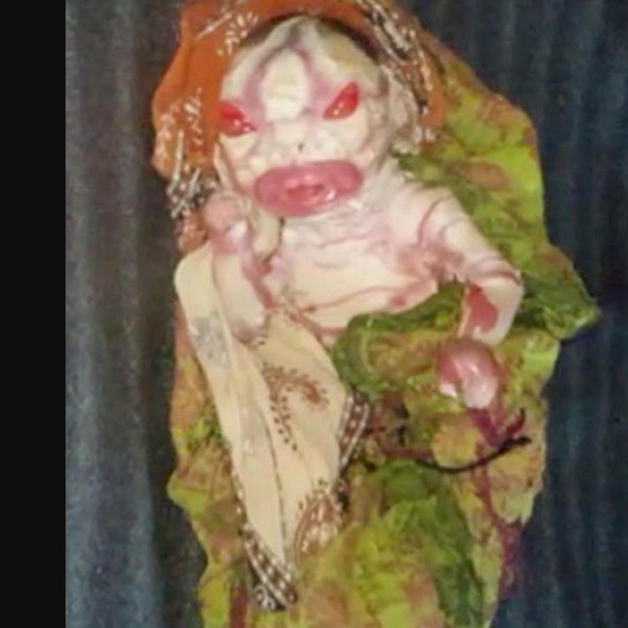 Nace un bebé  con aspecto 'alienígena' y su madre se niega a amamantarlo (VIDEO)