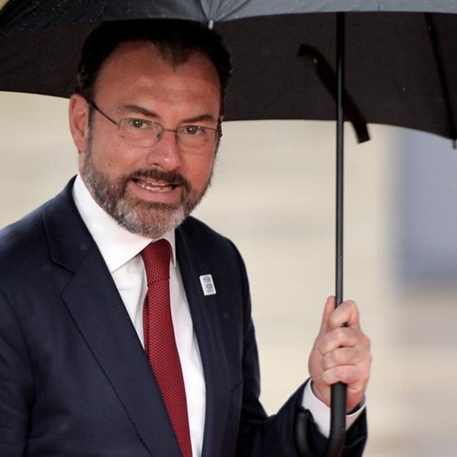 Canciller mexicano Luis Videgaray con paraguas en mano