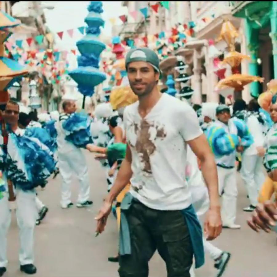 """Enrique Iglesias en el video """"Súbeme la Radio"""""""