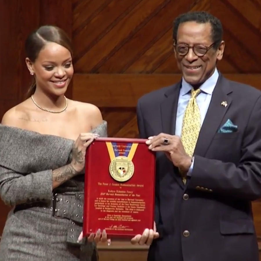 Rihanna recibe premio humanitario en Harvard