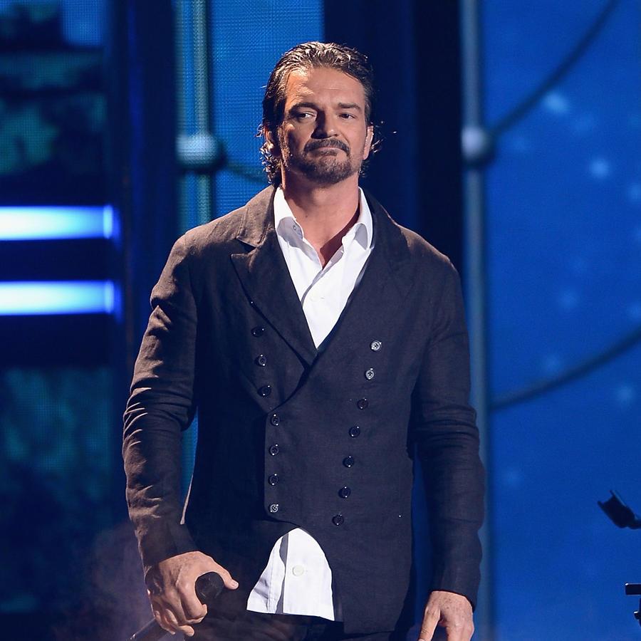 Ricardo Arjona en el escenario de Premios lo Nuestro