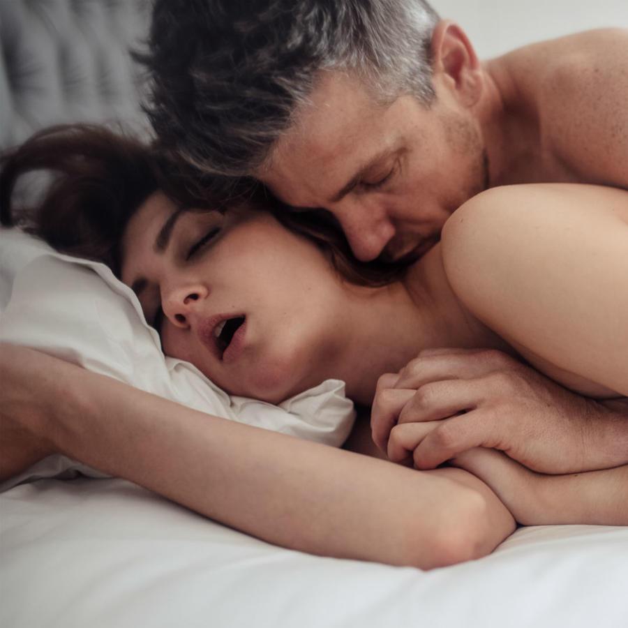Pareja recostados en la cama desnudos