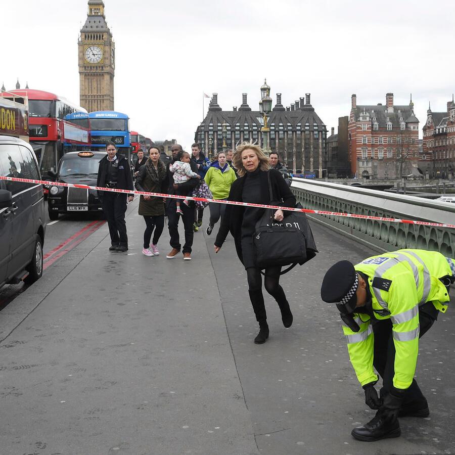 Policía asiste a personas afectadas por el incidente afuera de Westminster, Londres