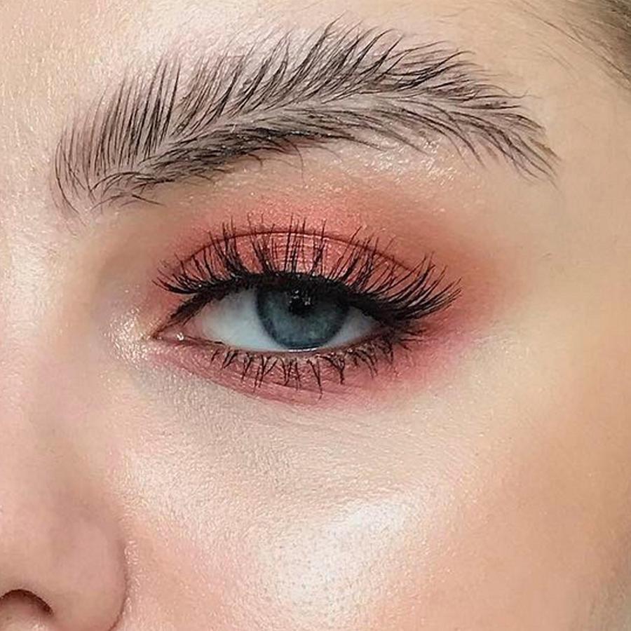 Las cejas de pluma, la nueva extraña tendencia que arrasa en las redes