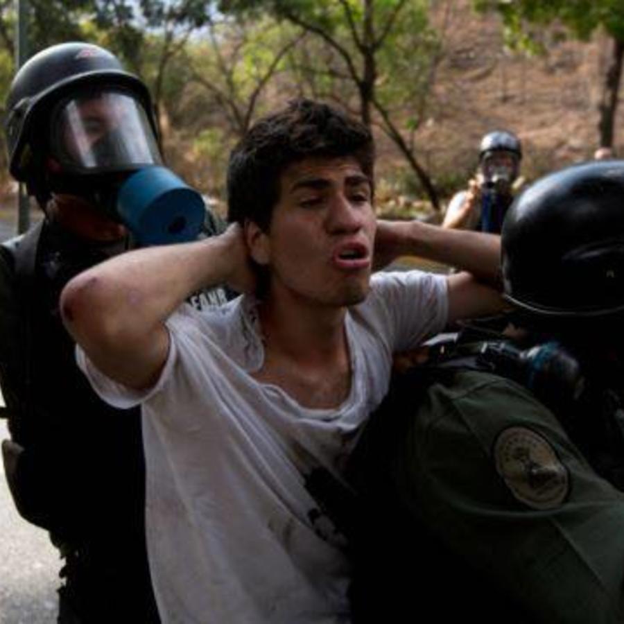 El joven Marco Aurelio Coello, al ser detenido en 2014 en Venezuela