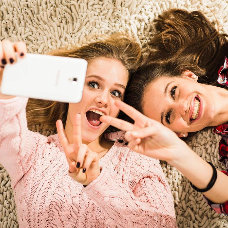 Adolescentes utilizando celular