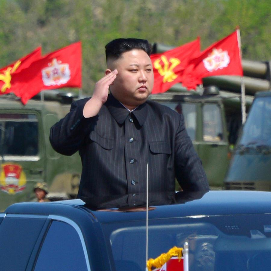 Kim Jong-un durante un desfile militar el 26 de abril del 2017.
