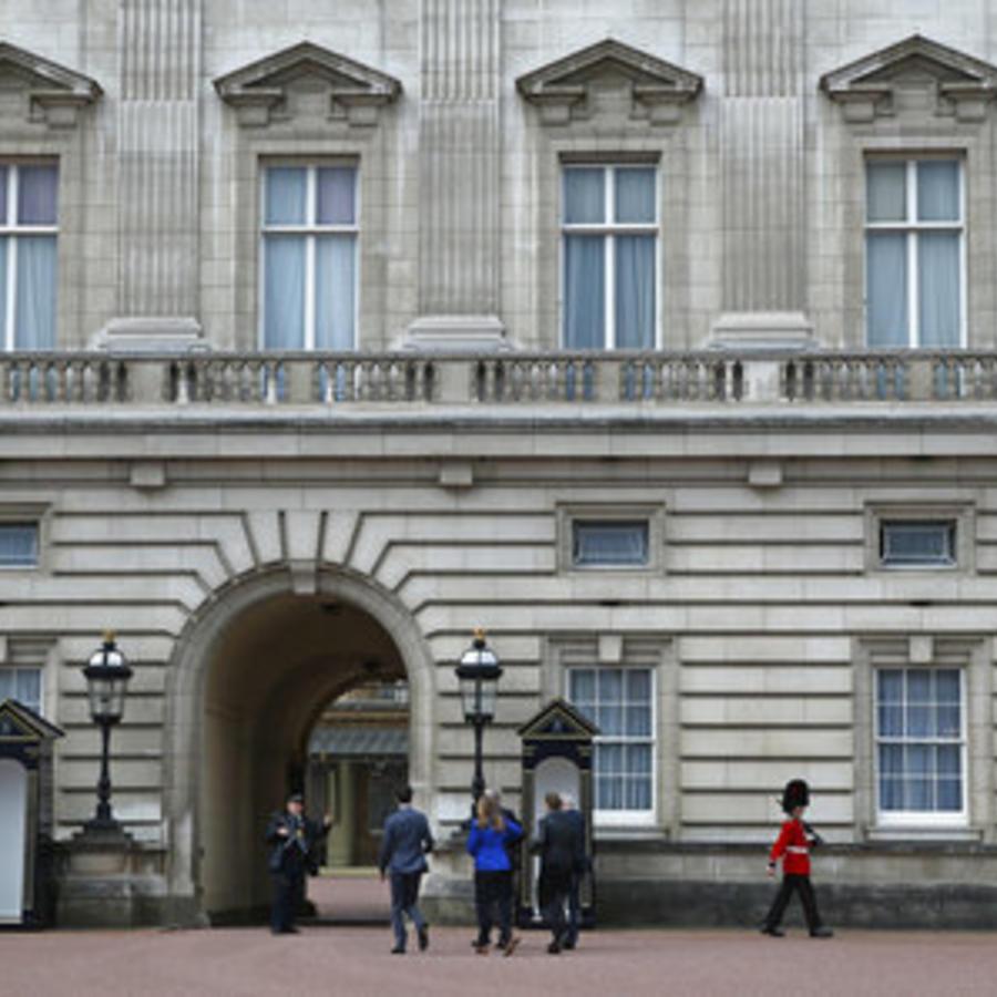 La reina Isabell II manda desde el Palacio de Buckingham un comunicado tras el atentado de Manchester.