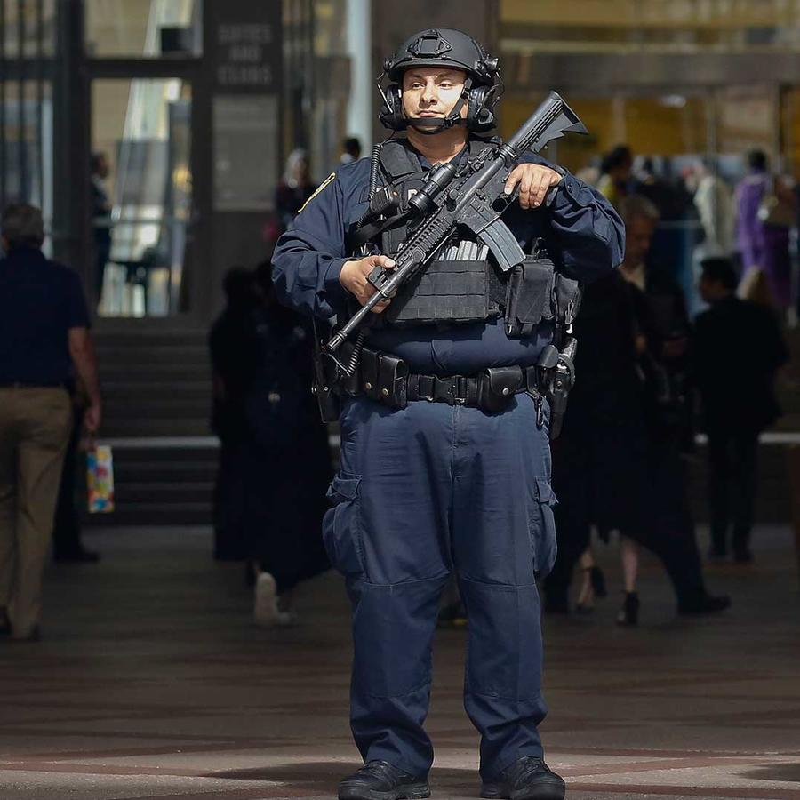 Policías de la Unidad Anti Terrorista de New York cuidan la entrada del Madison Square Garden. La ciudad aumentó la seguridad después del ataque en el concierto de Ariana Grande en Manchester el Lunes 22 de mayo del 2017.