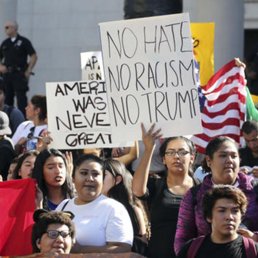 Estudiantes protestan contra la elección de Donald Trump como presidente de EEUU en noviembre de 2016.
