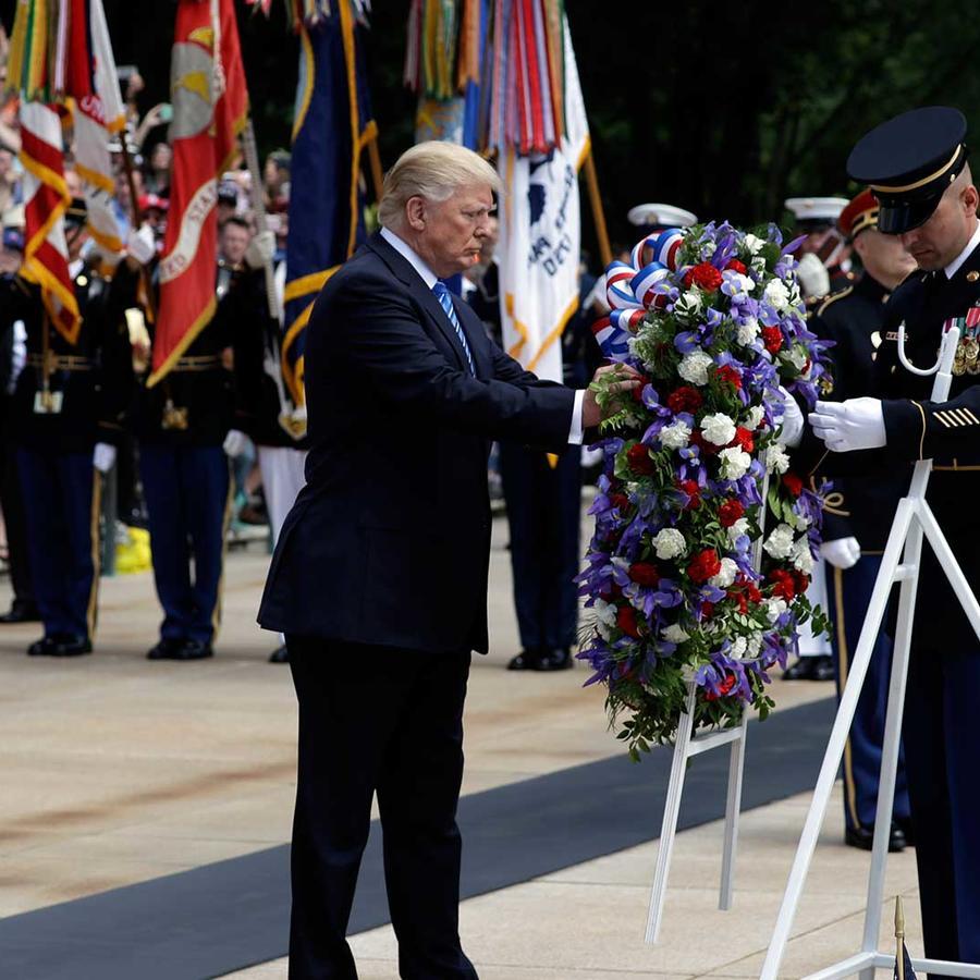 El presidente Donald Trump deja una corona de flores en la tumba del soldado desconocido en conmemoración a los caídos en guerra durante una ceremonia en el cementerio de Arlingtonel lunes 29 de mayo