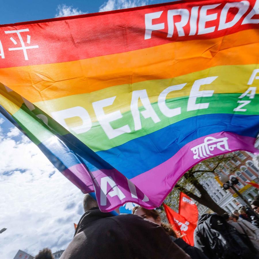 Bandera de la paz escrita en diferentes idiomas