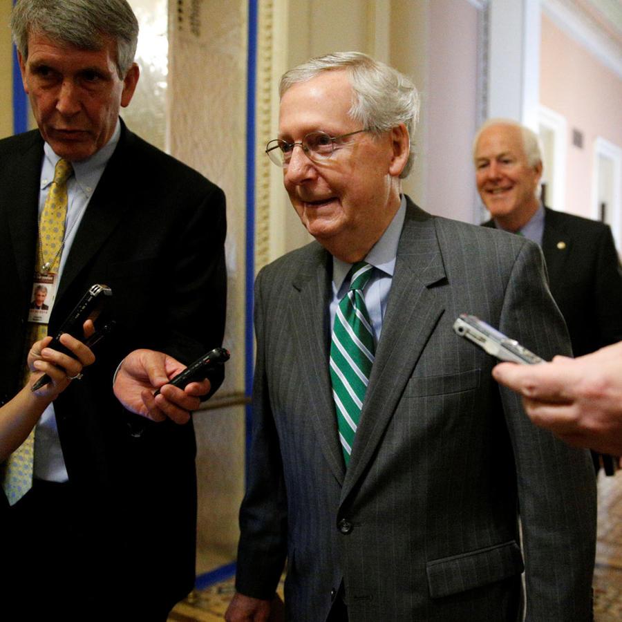 El líder de la mayoría en el Senado, Mitch McConnell, habla a la prensa en el Capitolio el 22 de junio de 2017