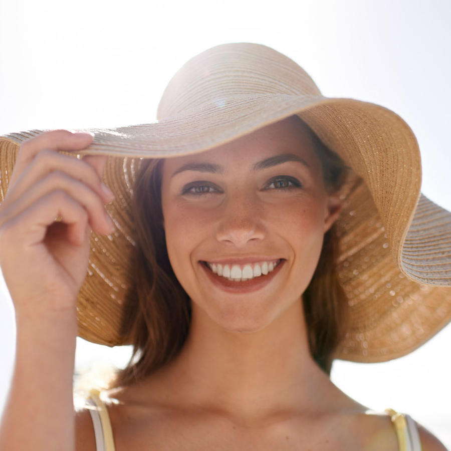 Mujer usando un sombrero de playa