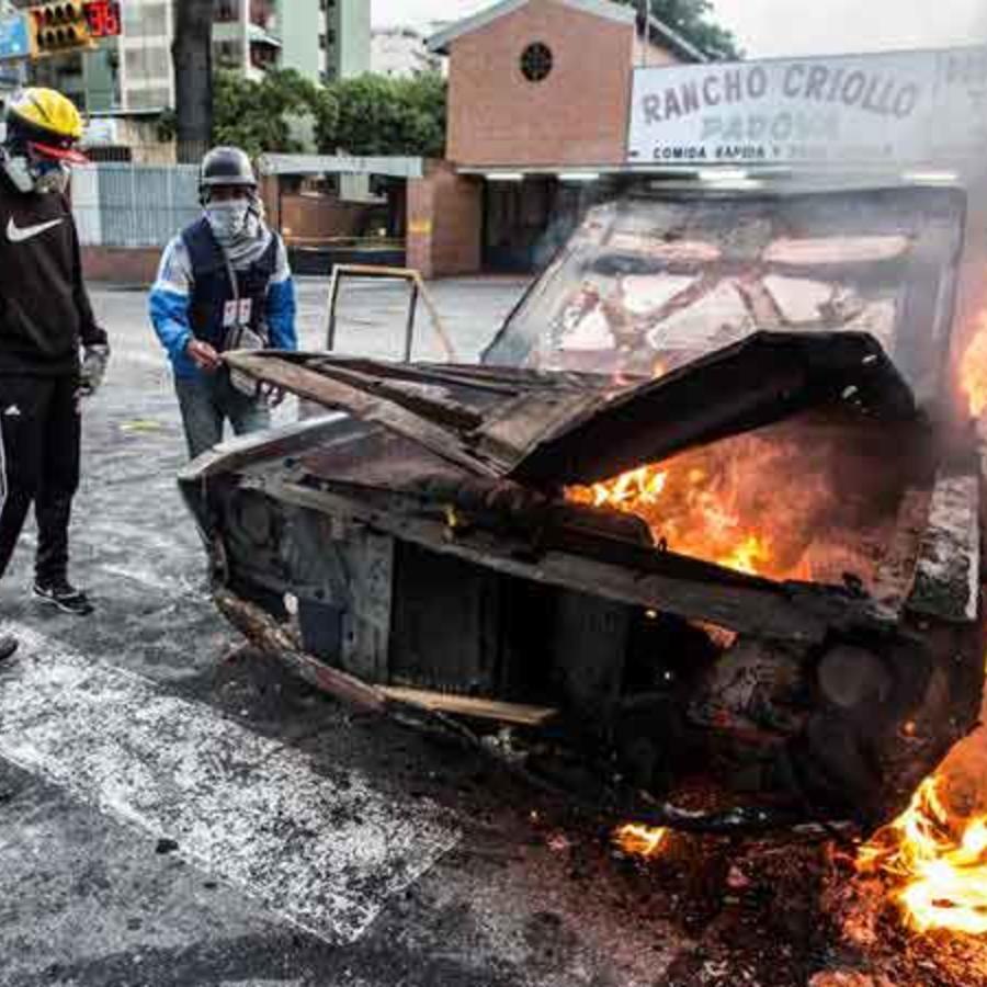 Protestas en Venezuela dejan vehículos incendiados