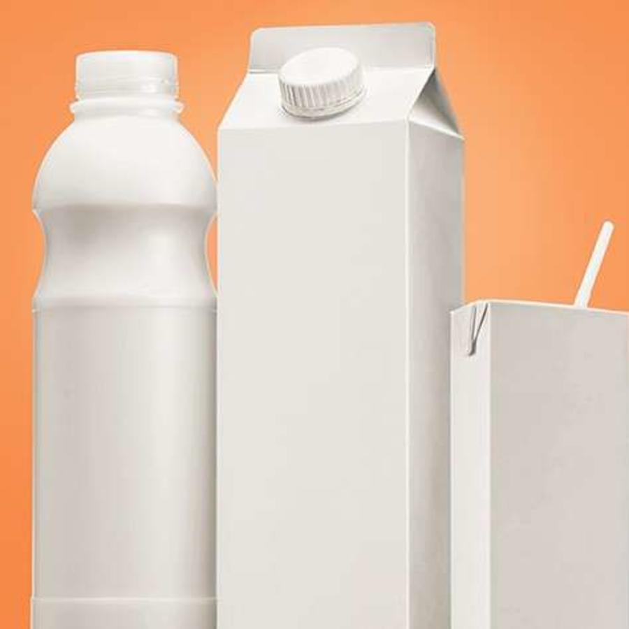 Varios recipientes con leche en su interior