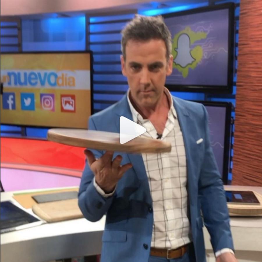 Carlos Ponce simula hacer pizza