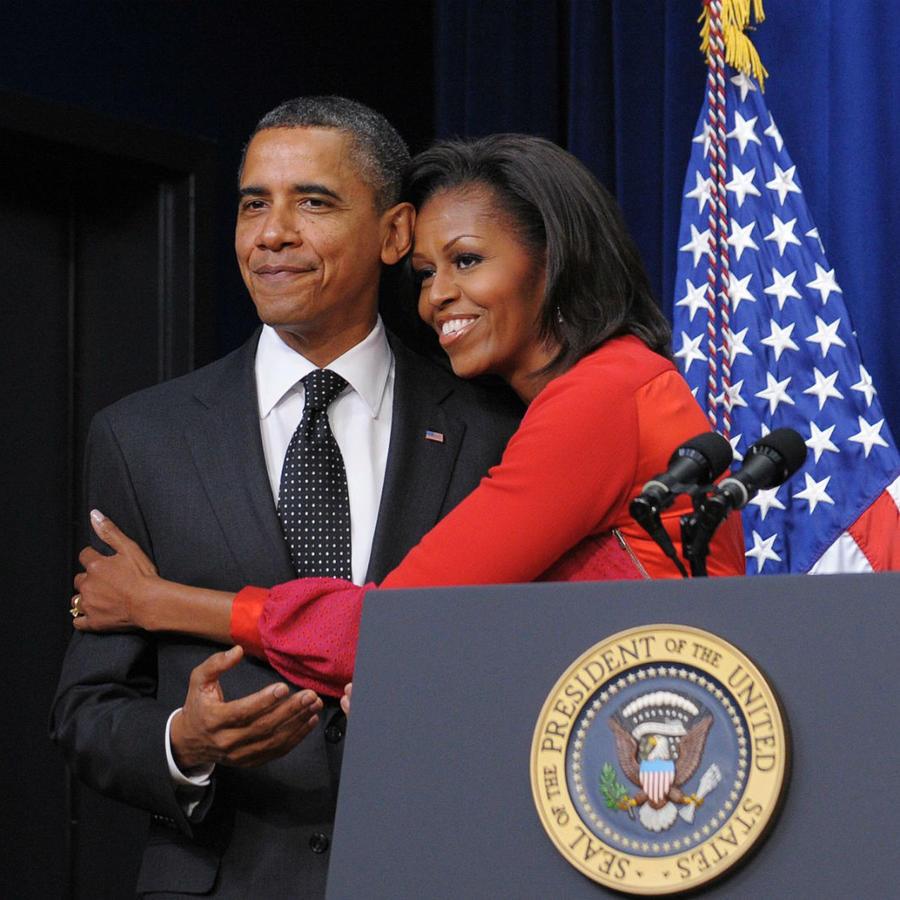 Michelle Obama abrazando a su esposo Barack Obama