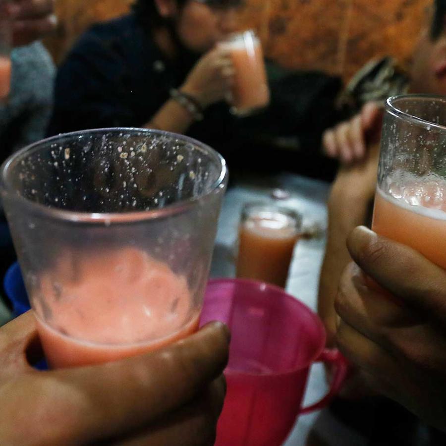 Foto de archivo: Personas bebiendo alcohol en México