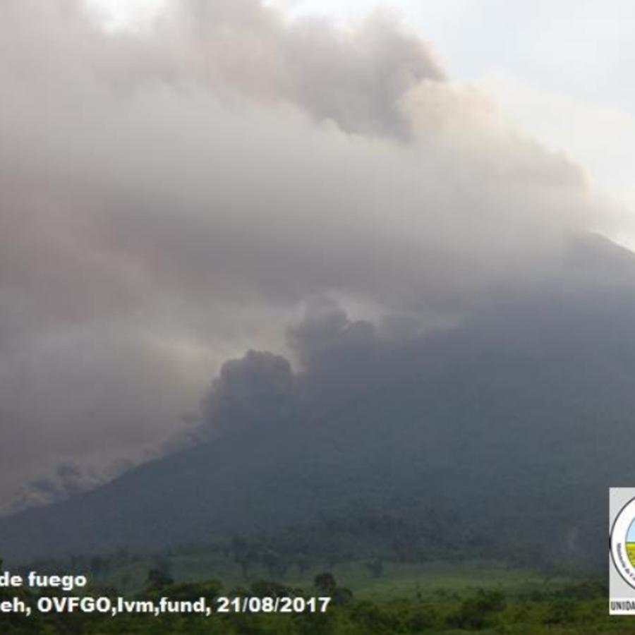 La ceniza que lanza el volcán Fuego, que el domingo inició su octava erupción del año, se desplaza a más de 30 kilómetros en dirección oeste y noroeste