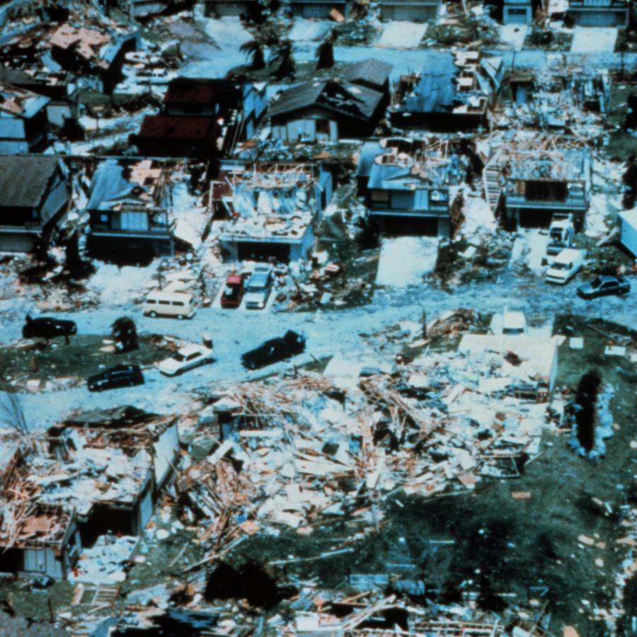 En la imagen pueden apreciarse destrozos del huracán Andrew, el 24 de agosto de 1992, en una zona del condado de Miami-Dade.