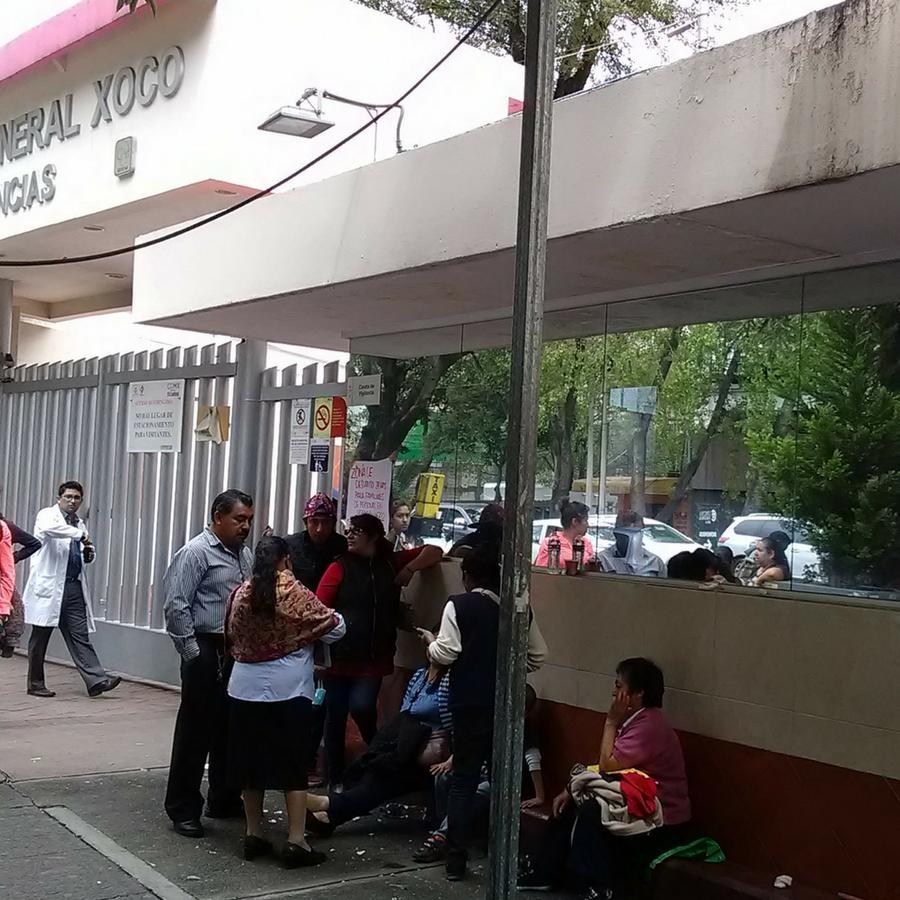Afuera del hospital Xoco familiares de víctimas del terremoto como Juan Ruiz esperan noticias de sus seres queridos o bien que les den de alta.