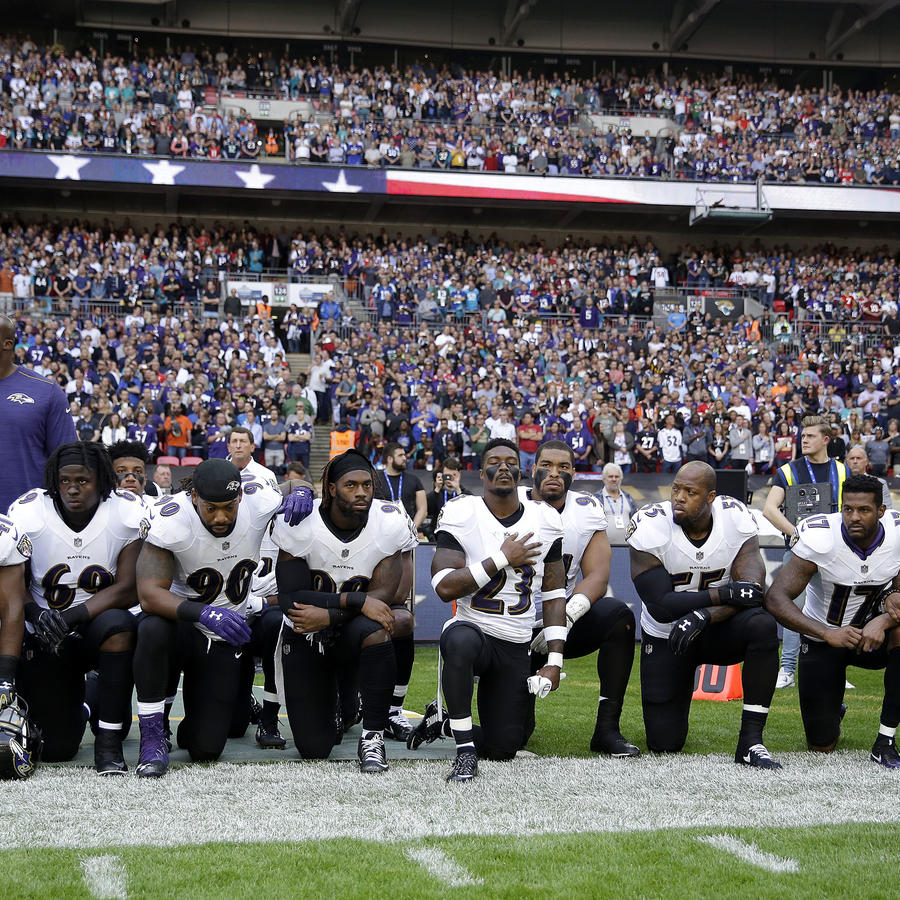 Jugadores de los Ravens de Baltimore, entre ellos el retirado linebacker Ray Lewis (segunda a la derecha) se arrodillan durante la interpretación del himno nacional previo al partido contra los Jaguars de Jacksonville en Londres, el domingo 24 de septiemb