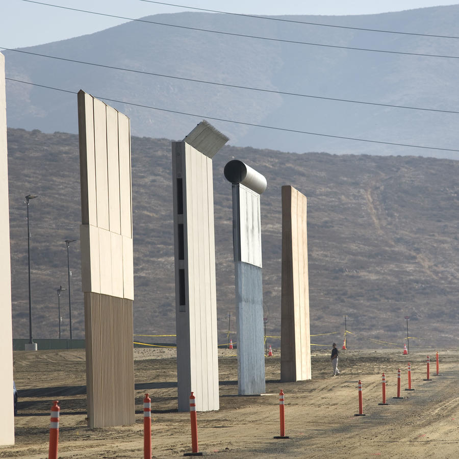 Una mujer toma fotografías frente a uno de los prototipos del muro fronterizo entre EE.UU. y México presentados el jueves 26 de octubre de 2017, en San Diego, California (EE.UU.).