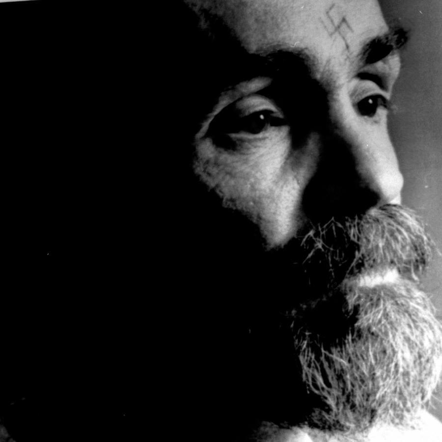 Charles Manson en una fotografía tomada durante una entrevista concedida en prisión en agosto de 1989.