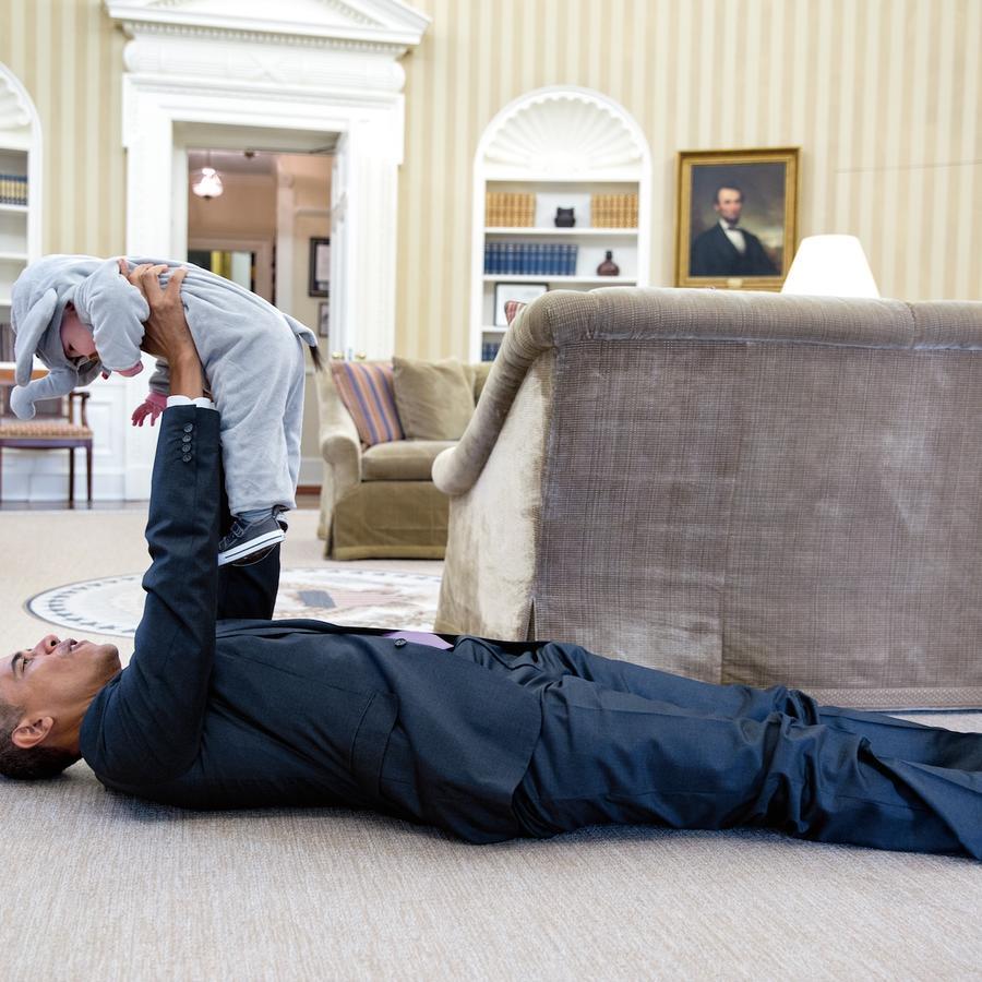 Obama juega con Ella Harper Rhodes, hija de Ben Rhodes, su viceasesor de Seguridad nacional, en el Despacho Oval el 30 de octubre de 2015.