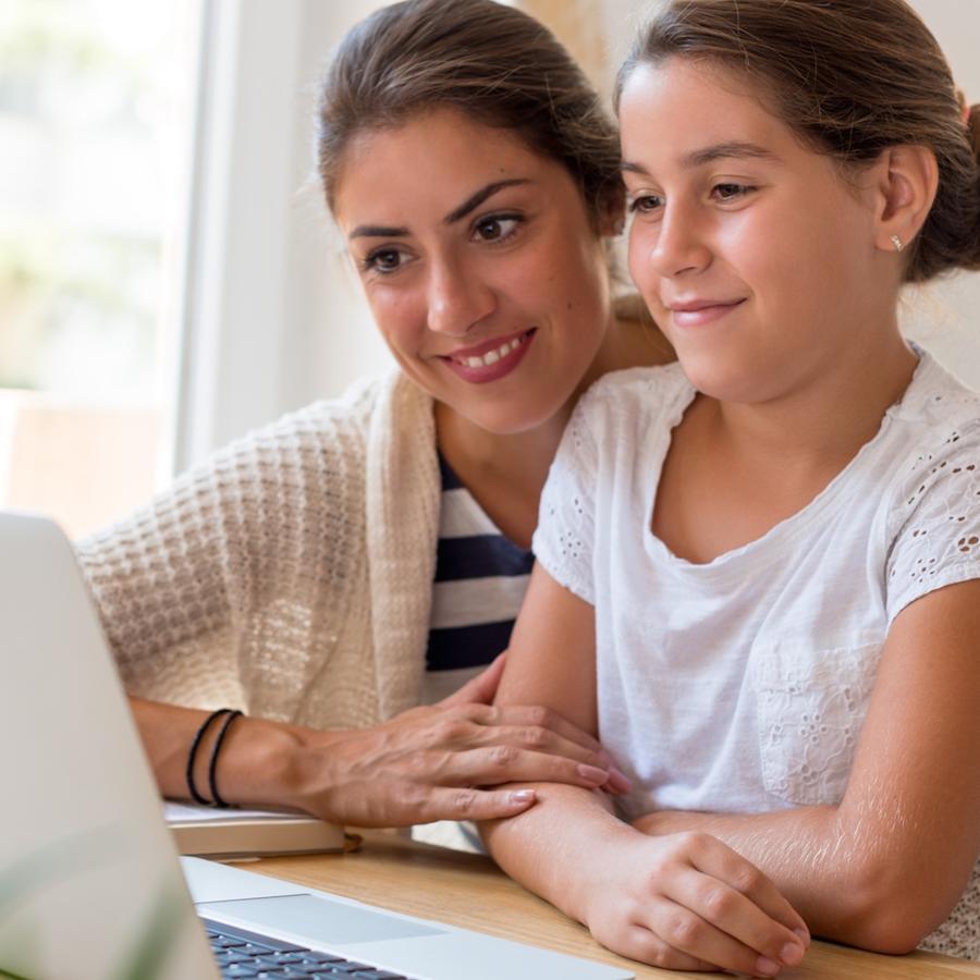 Madre e hija usando computadora juntas