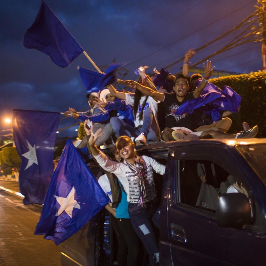 Partidarios del presidente hondureño Juan Orlando Hernández muestran apoyo a su candidato en Tegucigalpa.