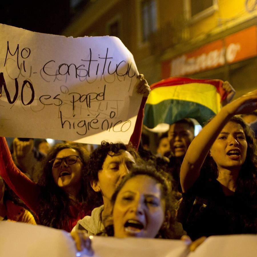 """Manifestantes bolivianos reclaman este 29 de noviembre: """"Mi constitución no es papel higiénico""""."""