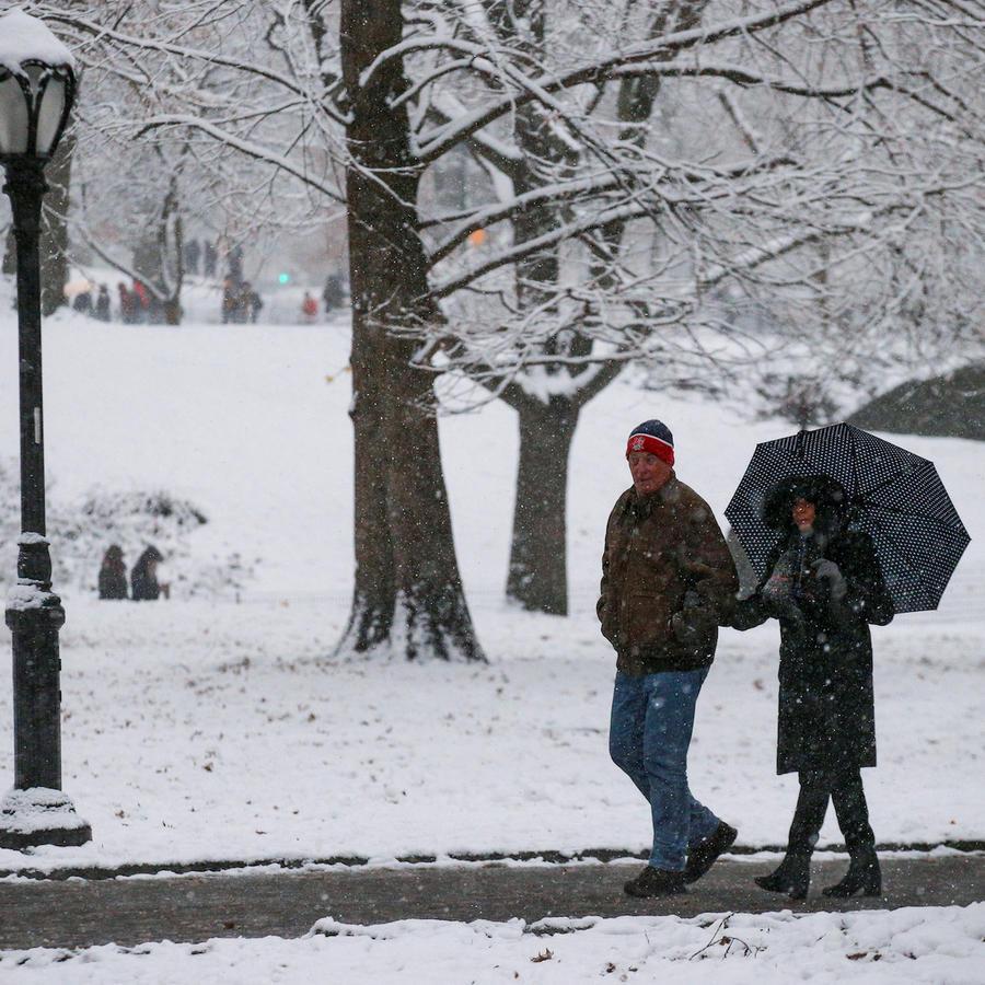 Un hombre y una mujer en Central Park, en Nueva York, el sábado.