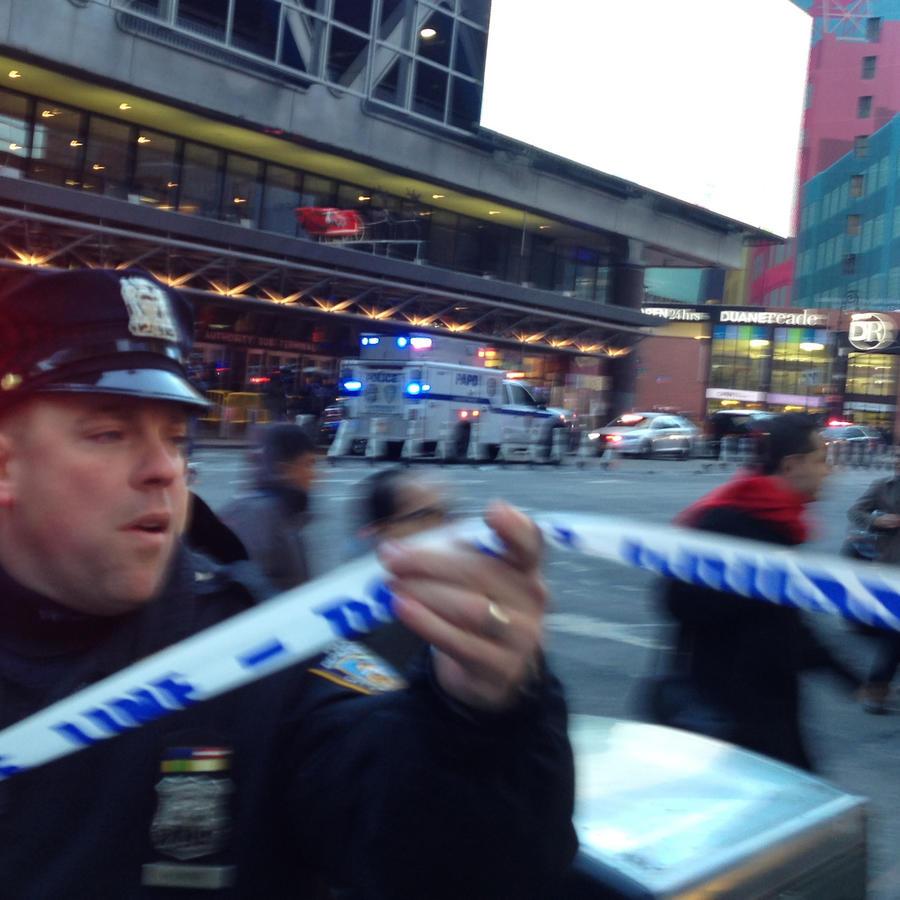 Un policía, en el área de Nueva York donde se produjo la explosión esta mañana.