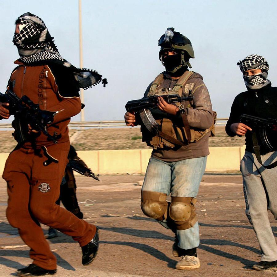 Combatientes de ISIS patrullan Fallujah, en Irak, en 2014