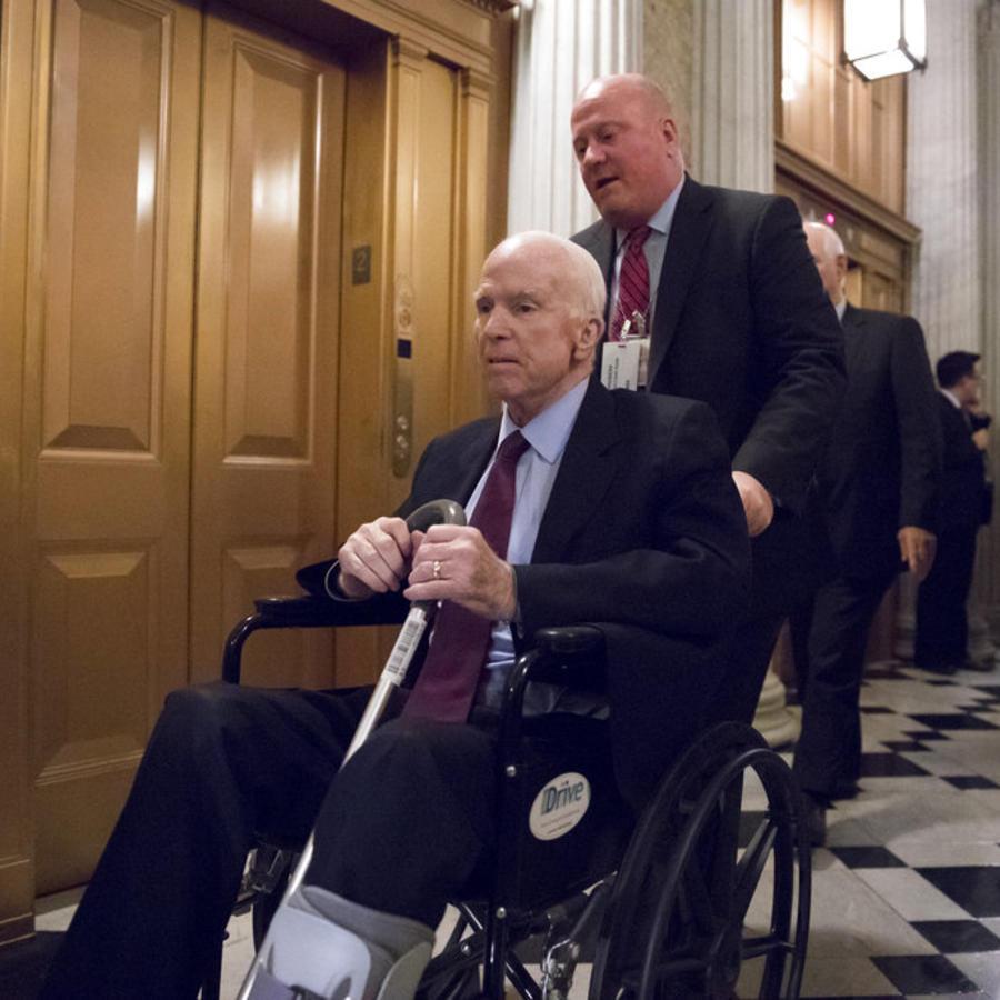 El senador republicano John McCain arriba al Capitolio el 27 de noviembre de 2017