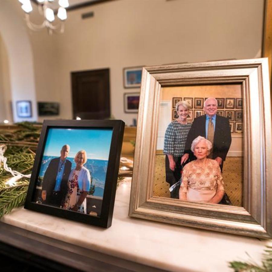 Retrato de familia del senador McCain posando junto a su madre Roberta y su mujer Cindy (derecha) junto a otra foto del senador y su mujer en la chimenea del despacho de McCain en Washington D.C.