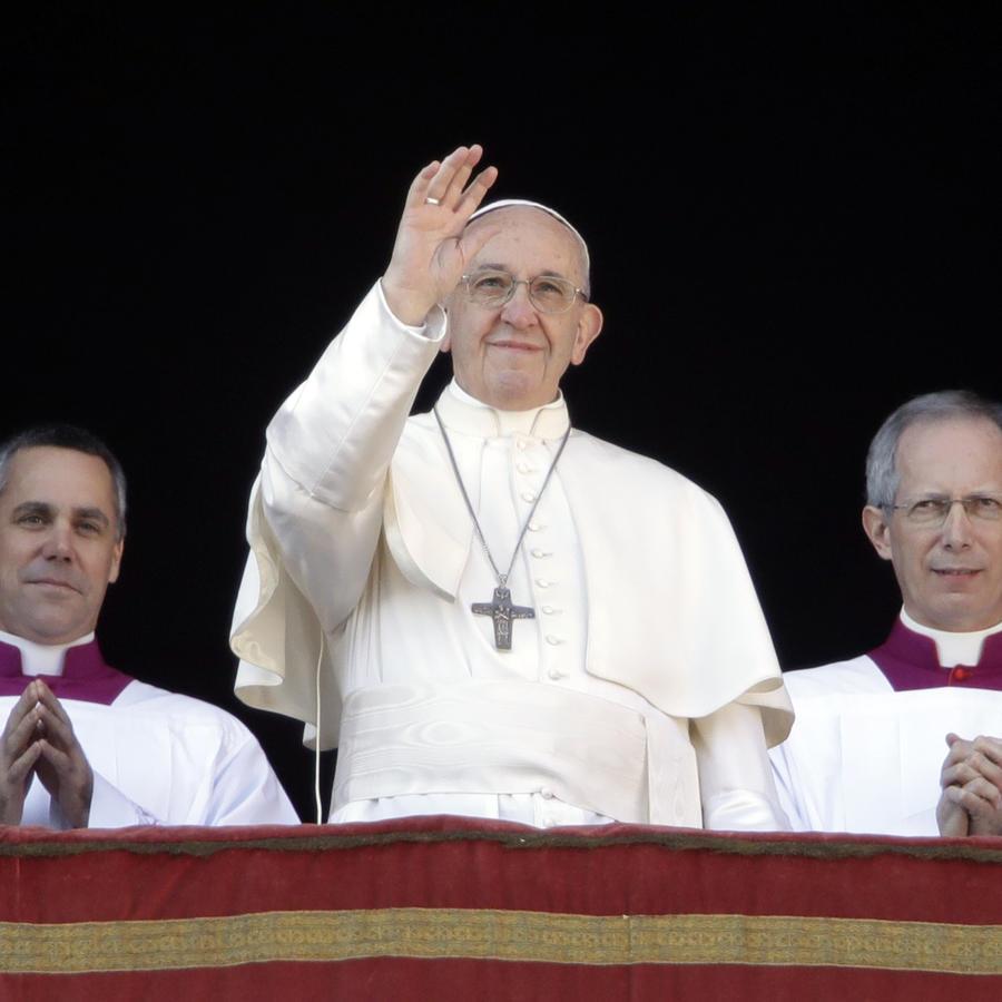 """El papa Francisco saluda a los fieles durante su bendición Urbi et Orbi (""""A a la ciudad y al mundo"""", en latín) en el día de Navidad, desde el principal balcón de la Basílica de San Pedro en el Vaticano, el lunes 25 de diciembre de 2017."""