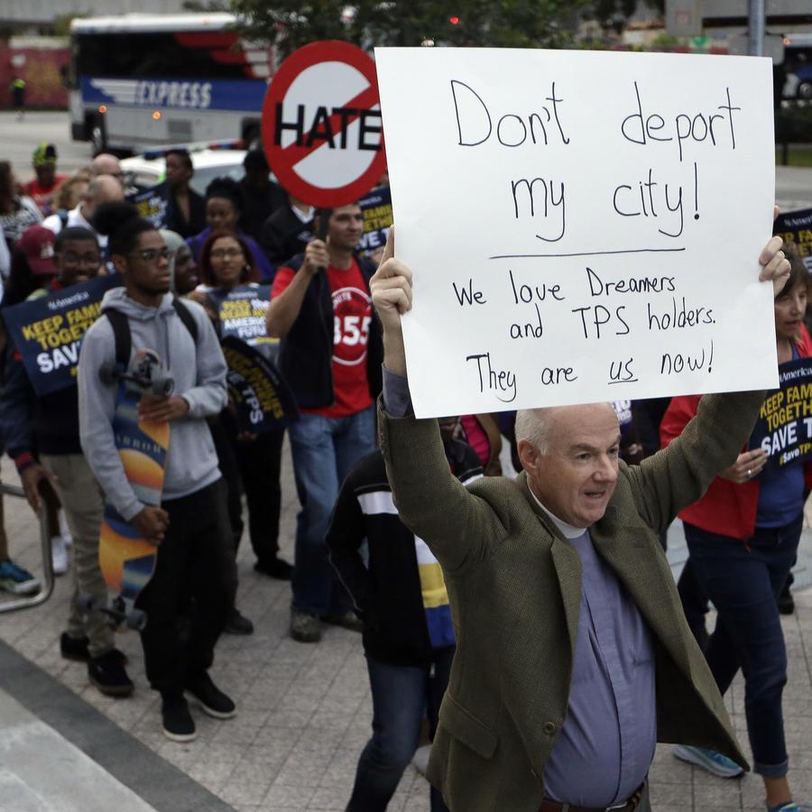 Frank Corbishley, de Coral Gables, Florida, marcha en apoyo del programa DACA.