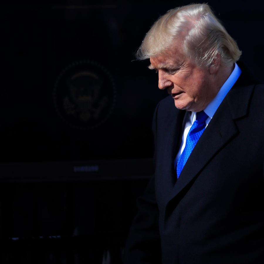 El presidente Trump cabizbajo en la Casa Blanca