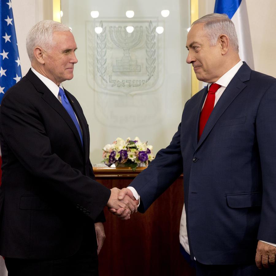 El vicepresidente de Estados Unidos, Mike Pence, a la izquierda, se reúne con el primer ministro israelí Benjamin Netanyahu en Jerusalén.