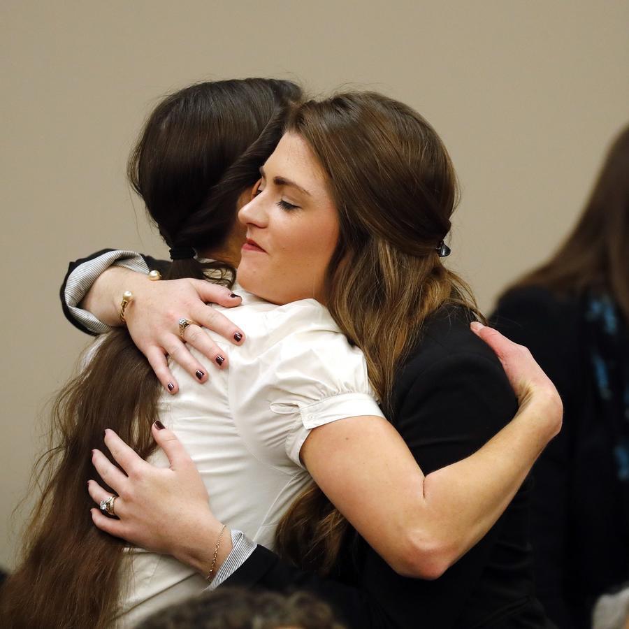 Rachael Denhollander, izquierda, abraza a Larissa Boyce, después de que el Dr. Larry Nassar compareciera ante el tribunal para una audiencia de declaración de culpabilidad en Lansing, Michigan.
