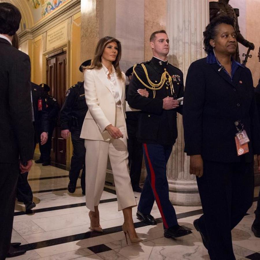 La primera dama Melania Trump sale después de escuchar el discurso del presidente Trump este martes 30 de enero de 2018, sobre el Estado de la Unión ante el Congreso, en Washington.