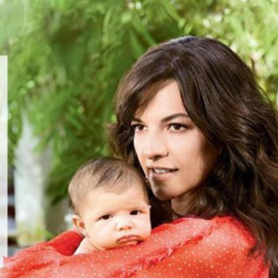 Candela Ferro mostrando a su hija