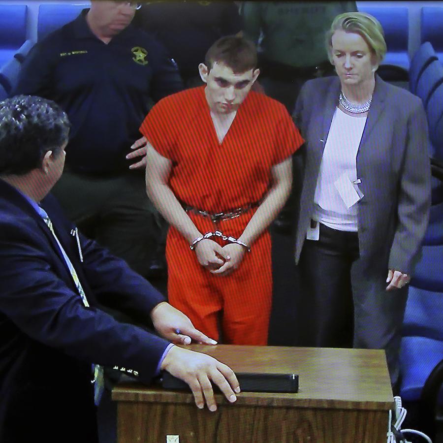 Nikolas Cruz, llevado el jueves ante la juez, acompañado por su abogada.