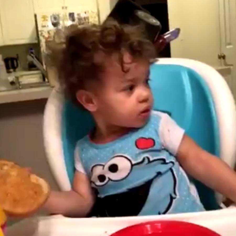Bebé descubre algo escalofriante