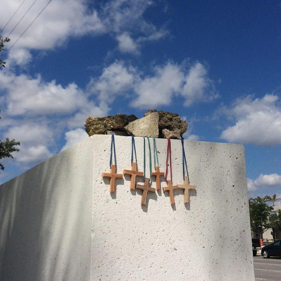 Cruces para cada una de las víctimas de la tragedia del puente de Miami