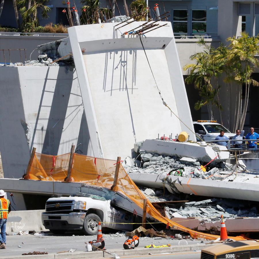 Trabajadores junto al puente derrumbado en Miami, el viernes 16.